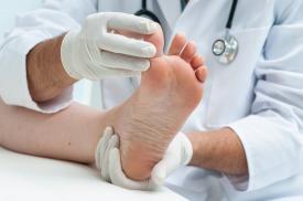 Apžiūrimos paciento pėdos
