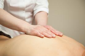 Atliekamas gydomasis nugaros masažas