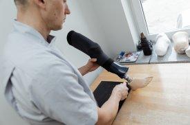 "AB ""Ortopedijos technika"" specialistas gamina kojos protezą"