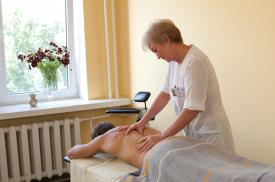 Gydytoja atlieka gydomąjį masažą