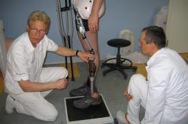 Gydytojai apžiūri pacientui pritaikytą protezą