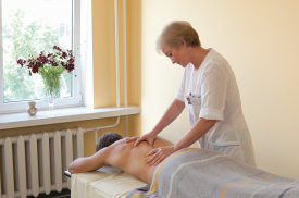 Pacientei atliemamas gydomasis masažas