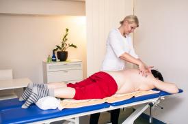 Pacientei atliekamas masažas