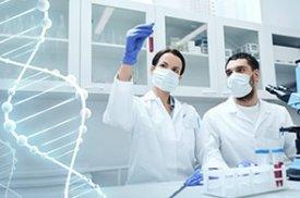 gydytojai dirba laboratorijoje
