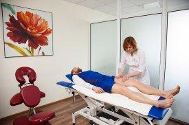 Pacientui atliekamas kojos masažas