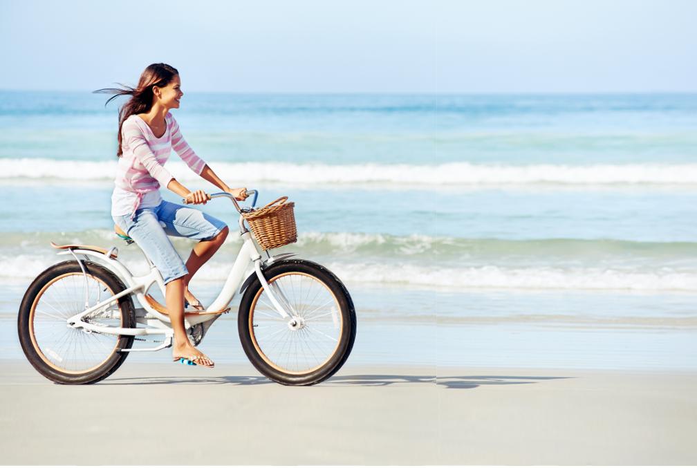 ivaizdine nuotrauka moteris su dviraciu